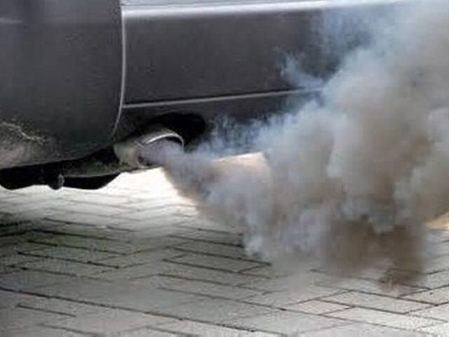Сизый дым из-за попадания масла в выхлопную трубу